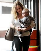 http://img291.imagevenue.com/loc337/th_907199320_Hilary_Duff_heads_to_Babies_First_Class5_122_337lo.jpg