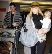 http://img291.imagevenue.com/loc417/th_177215717_Hilary_Duff_arriving_at_LAX14_122_417lo.jpg