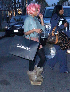 Ники Минаж, фото 131. Nicki Minaj and a friend out shopping in Beverly Hills 2-10-12, foto 131