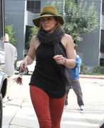 http://img291.imagevenue.com/loc487/th_198594958_Hilary_Duff_VPilates19_122_487lo.jpg