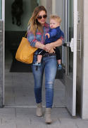 http://img291.imagevenue.com/loc580/th_442432692_Hilary_Duff_Out_and_About_with_Luca7_122_580lo.jpg